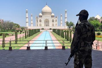 COVID-19: record de cas en Inde, le Taj Mahal reste fermé)