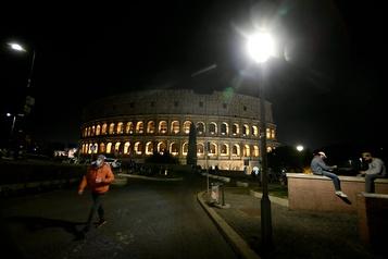 COVID-19 Un quart des Italiens croient aux théories complotistes)