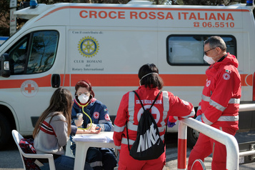 COVID-19: la pression baisse sur les hôpitaux, l'espoir renaît en Italie