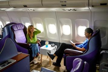 Les Thaïlandais prennent leur café dans un avion)