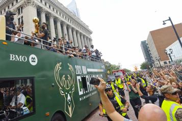 Championnat de la NBA Les partisans des Bucks dans les rues de Milwaukee pour célébrer leurs champions)