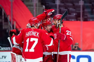 Les Red Wings battent les Hurricanes 4-2)