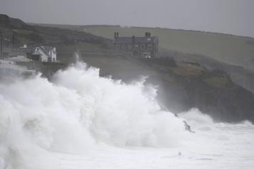 Tempête Dennis: un mort au Royaume-Uni, 45000foyers privés d'électricité en France