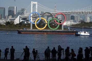 Des anneaux olympiques géants réinstallés à Tokyo)