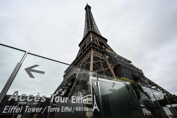 Sous le ciel gris de Paris, pas beaucoup de touristes)
