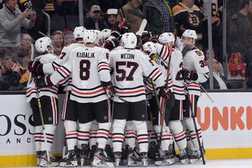 Les Blackhawks défont les Bruins 4-3