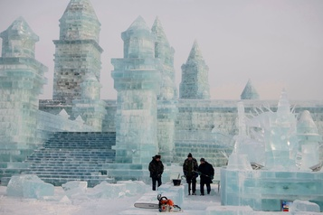 Chine: un festival de glace met en vedette palais et mariées