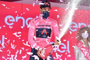 Tour d'Italie Filippo Ganna enfile le premier maillot rose)