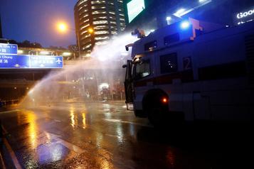 Escalade à Hong Kong: la police sort les canons à eau