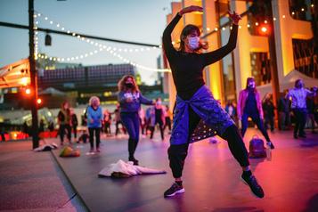L'Esplanade de la Place des Arts se transforme en piste de danse)