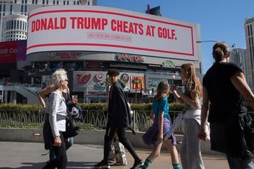 «Trump triche au golf»: moqueries de Bloomberg sur des panneaux publicitaires