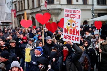 Un mouvement antimasques est en expansion en Allemagne)