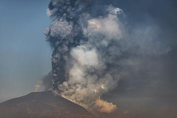 Italie Le mont Etna crache encore de la cendre et de la lave)