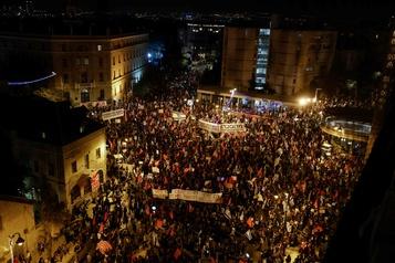 Israël Des manifestants se massent de nouveau devant la maison de Nétanyahou)