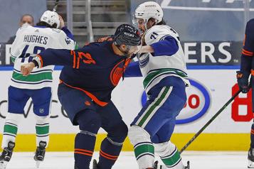 Canucks de Vancouver Zack MacEwen est suspendu un match pour coup de genou)