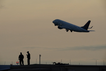 Transport aérien Restrictions «chaotiques» et confusion freinent la reprise)
