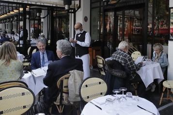 La célèbre brasserie parisienne La Coupole reprend vie)