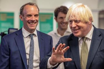 Resté sur les plages durant une crise Johnson enlève les Affaires étrangères à son ministre vacancier )