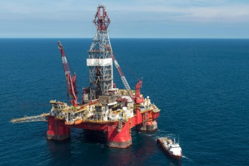 Le pétrole bondit fortement)