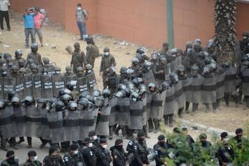 Guatémala La police disperse des migrants honduriens qui bloquaient un axe routier)