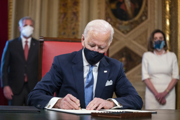 Biden entame son mandat en signant 17ordres exécutifs)