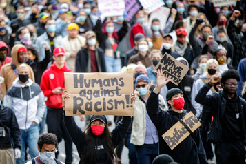 Une politique nationale de lutte contre le racisme à nouveau réclamée)