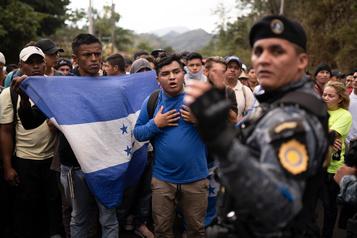 Une caravane de migrants honduriens progresse au Guatemala