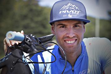 Vélo de montagne: Léandre Bouchard avance et grimpe en faisant du surplace)