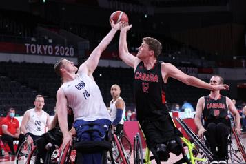 Tout s'écroule en fin de match pour les basketteurs canadiens)