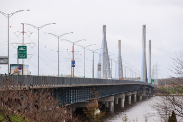 Un bateau entre en collision avec le pont de l'A25)