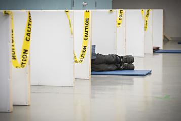 Un itinérant autochtone meurt dehors pendant le couvre-feu)