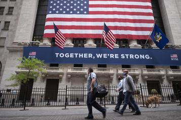 Le parquet de la Bourse de Wall Street rouvre, avec masques et plexiglas)