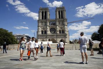 Le public de retour sur le parvis de Notre-Dame de Paris)
