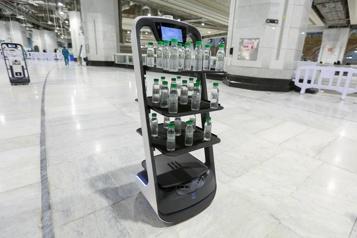 LaMecque Des robots distribuent de l'eau sacrée pour la distanciation physique)