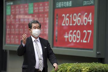 Les Bourses de Tokyo et Hong Kong saluent le geste de Trump envers Biden)