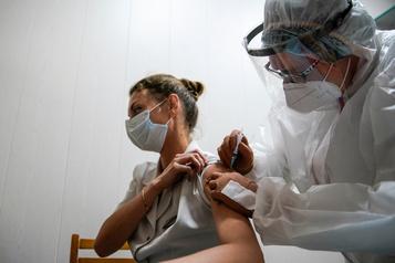 COVID-19? La Russie enregistre un deuxième vaccin et bat un nouveau record de cas)