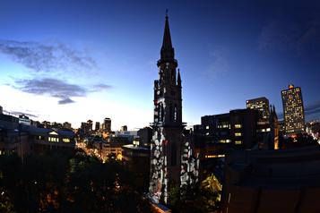 Le clocher de l'UQAM s'illumine