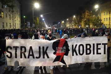 Interdiction quasi totale de l'avortement Plusieurs Polonais dans les rues pour protester)