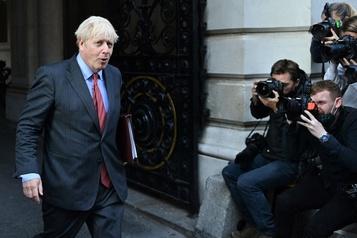 COVID-19 Le gouvernement britannique serre la vis, les pubs sous couvre-feu)