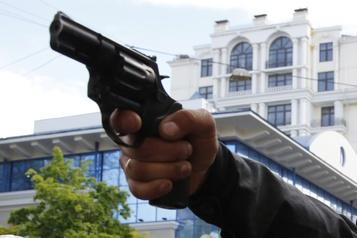 États-Unis: les policiers blancs utilisent plus leur arme que les noirs