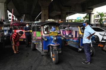 Bangkok Lestuk-tuks iconiques au cimetière après des mois de pandémie)