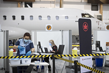 Dorval Un centre de vaccination dans un hangar de Bombardier)