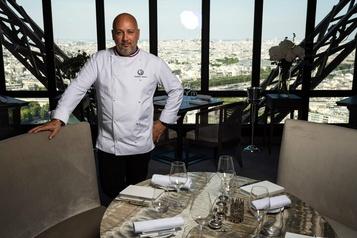 Le restaurant de la tour Eiffel tient le coup sans touristes étrangers)