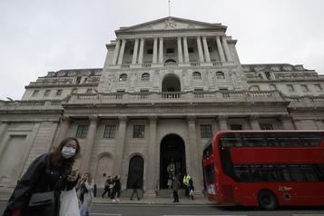 La Banque d'Angleterre maintient son taux directeur, mais réfléchit à le rendre négatif)