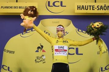 Tour de France Tadej Pogacar enfile le maillot jaune à la veille de l'arrivée)