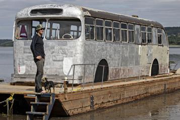 Île d'Orléans Un mystérieux autobus aperçu sur le fleuve )