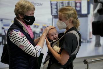 Les familles transatlantiques enfin réunies à Heathrow)
