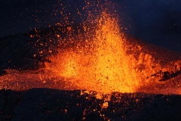 Piton de la Fournaise Foules autour du volcan, malgré la COVID-19 à La Réunion)