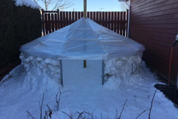 La bonne idée Trampoline converti en igloo: rebondir sur l'hiver)