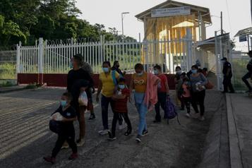 COVID-19 Un juge ordonne aux États-Unis de ne plus refouler les familles de migrants)